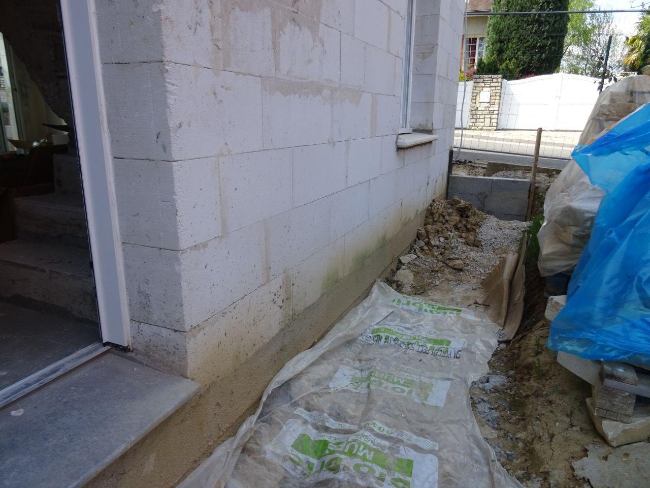 Préparation pour le crépi. Le mur n'est pas nettoyé, je pense qu'il ne l'a pas été.