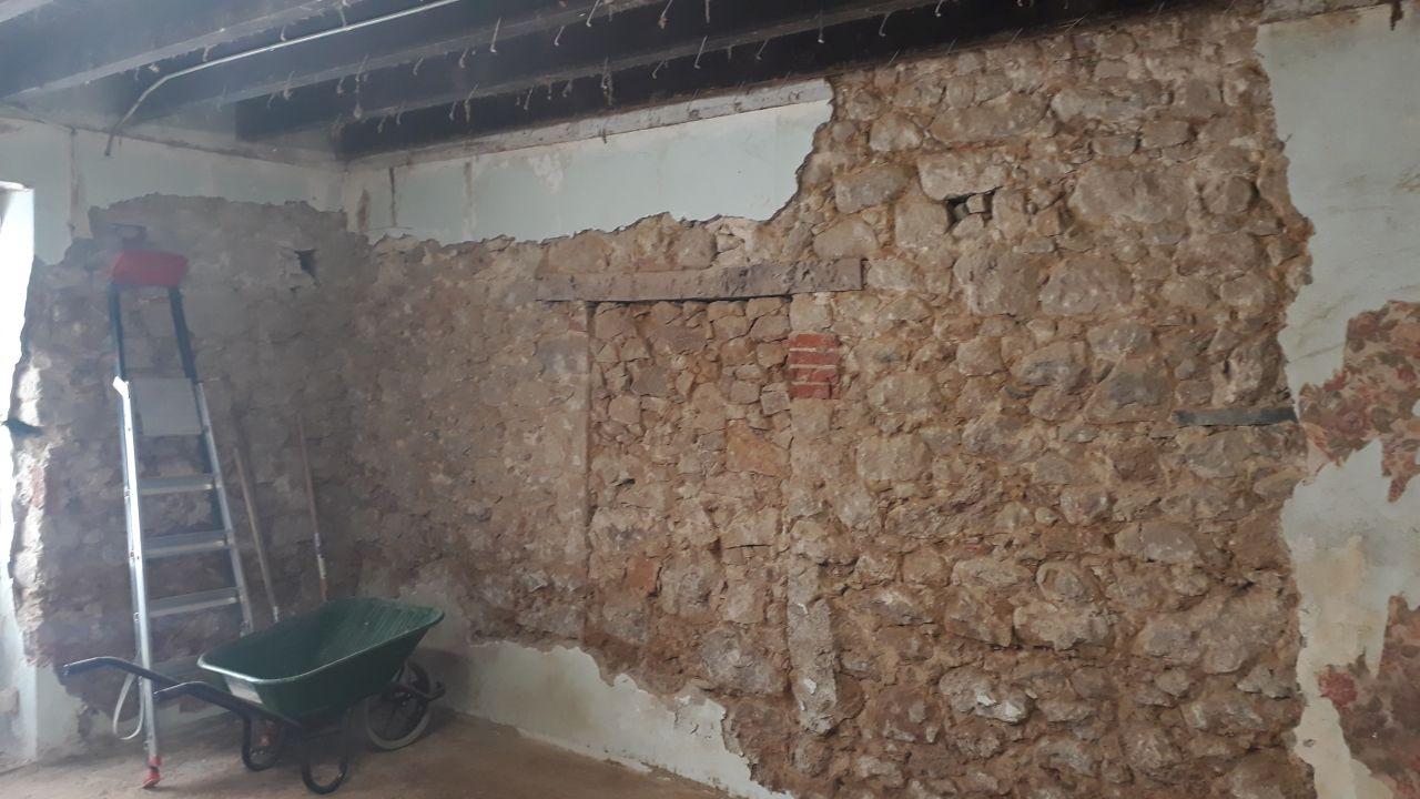 Fil Rouge : piquetage des murs intérieurs