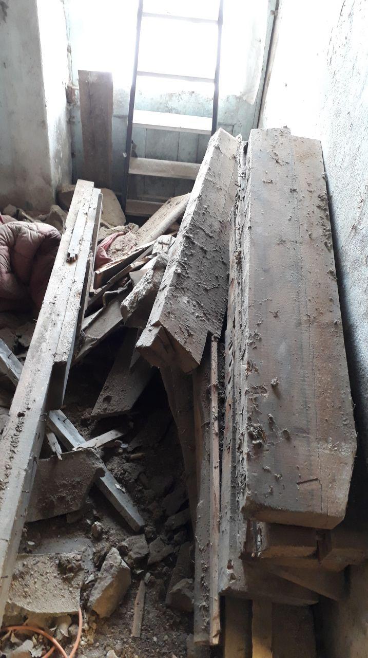Démolition de l'escalier et du plancher. <br /> et voila du bois de chauffage