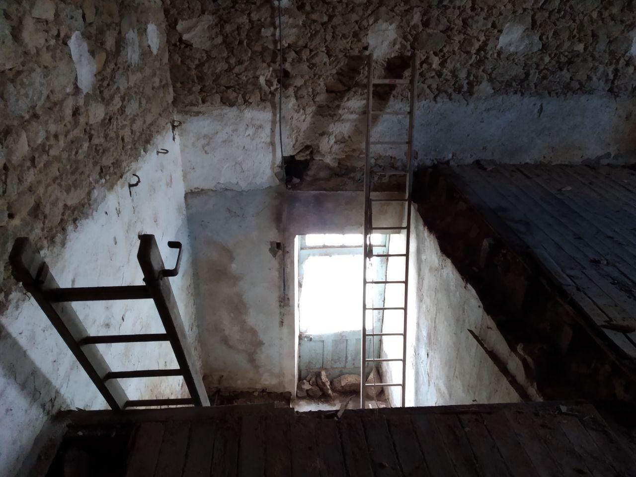 Démolition de l'escalier et du plancher. <br /> un Joli trou .
