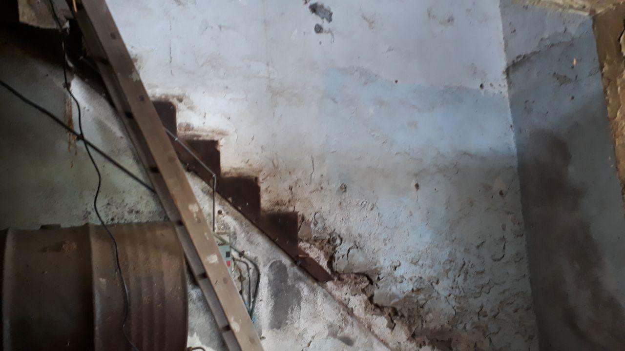 Démolition de l'escalier et du plancher. <br /> Tout de suite c'est plus grand