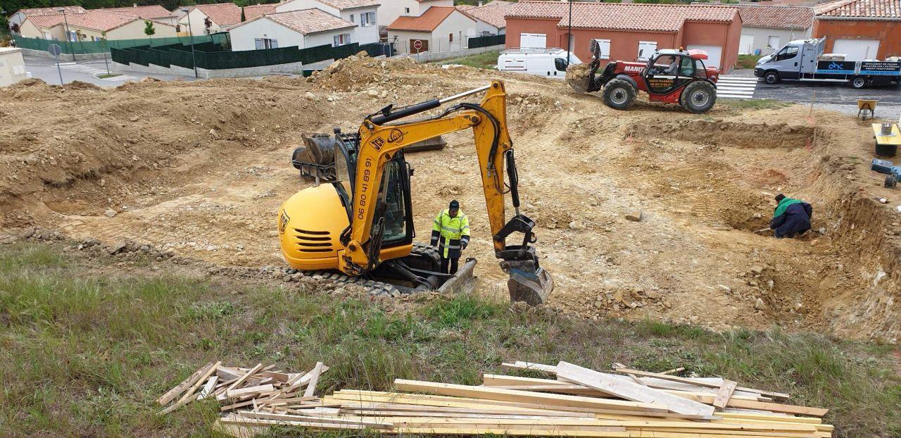 décapage terre végétale et implantation de la maison grossière