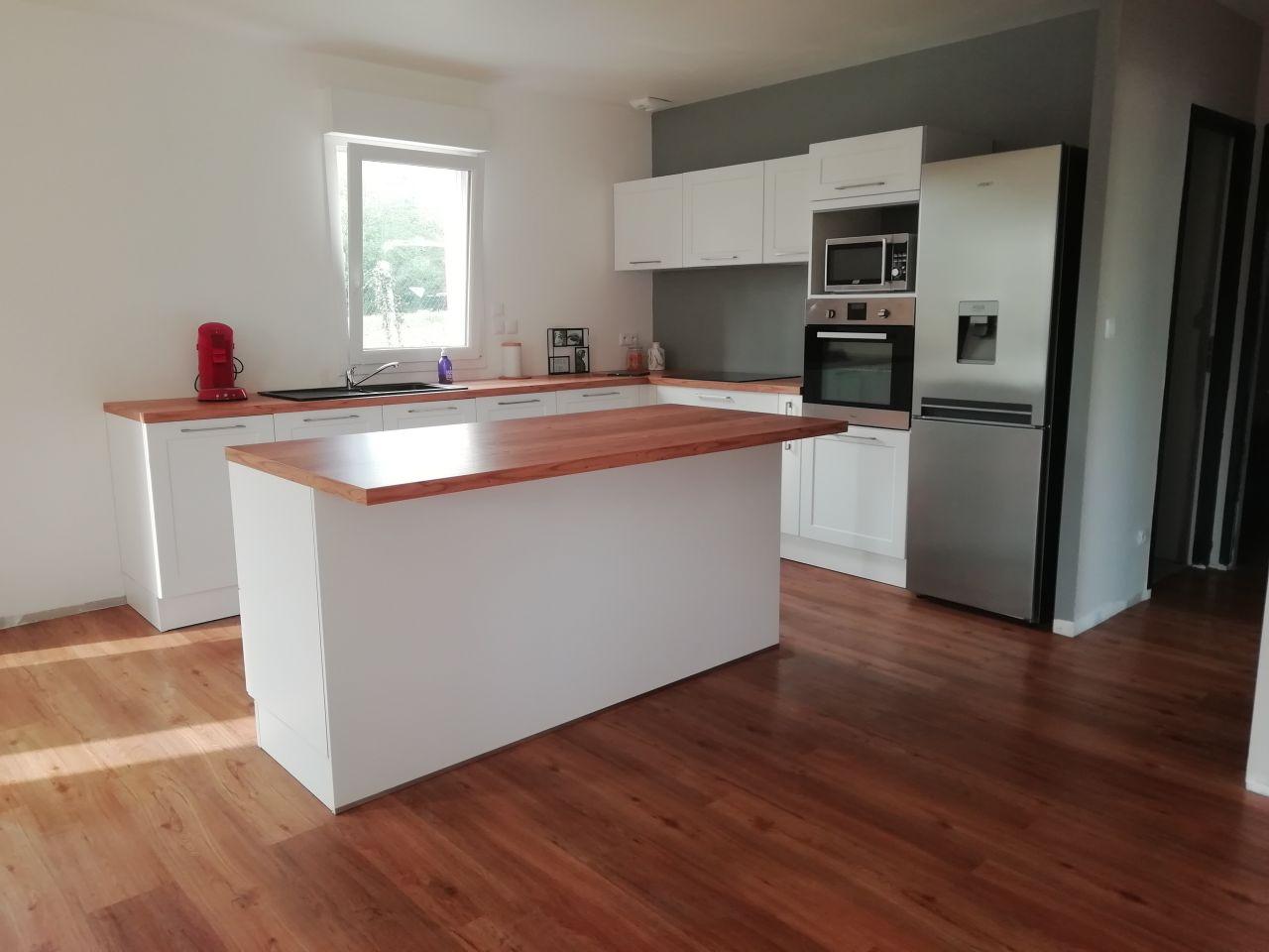 La cuisine avec meubles hauts (sans les tabourets, il manque aussi la crédence et autres petits détails type changement électroménagers etc...)