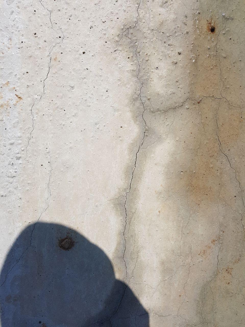 Fissures sur la dalle du rez-de-chaussée.