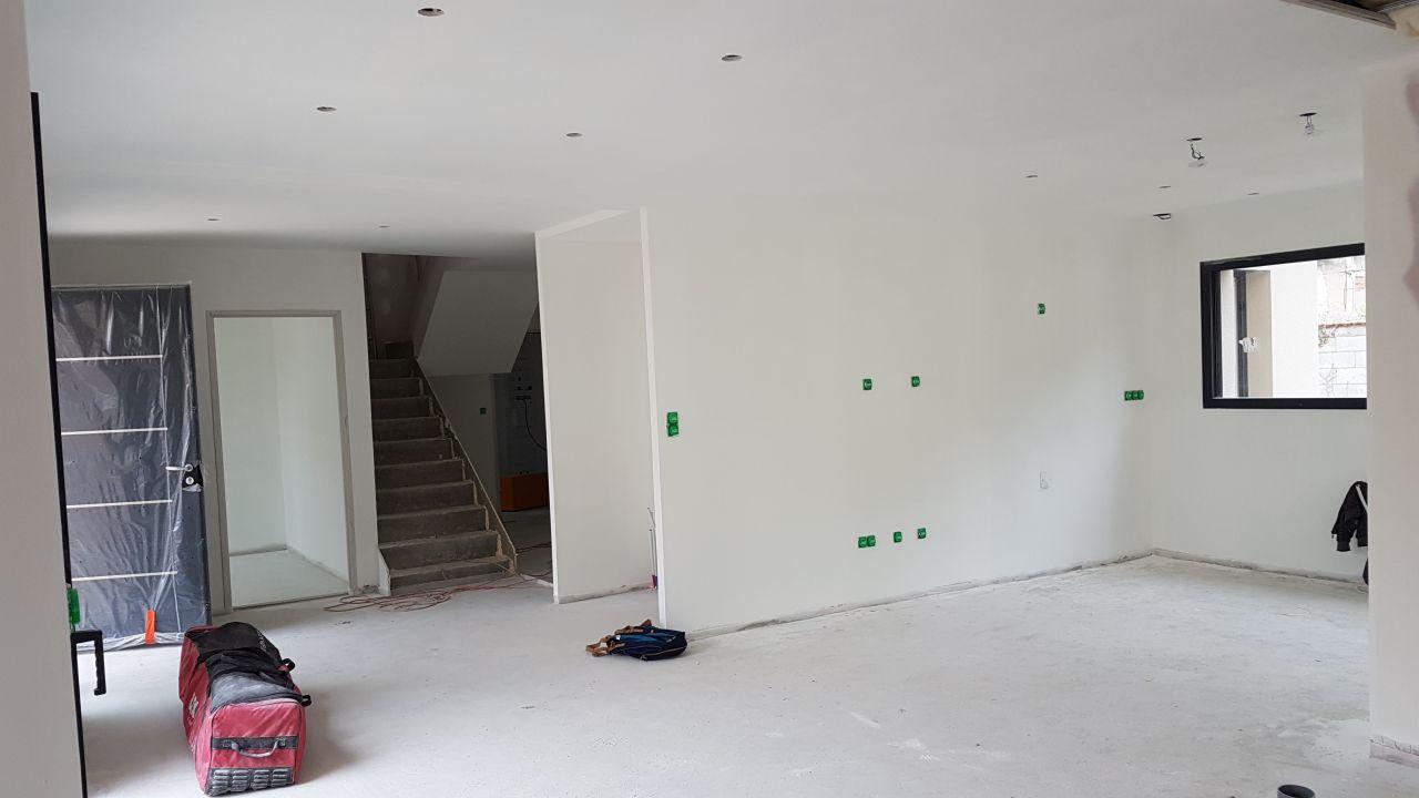 Plafond terminés et couche d'apprêt sur les murs