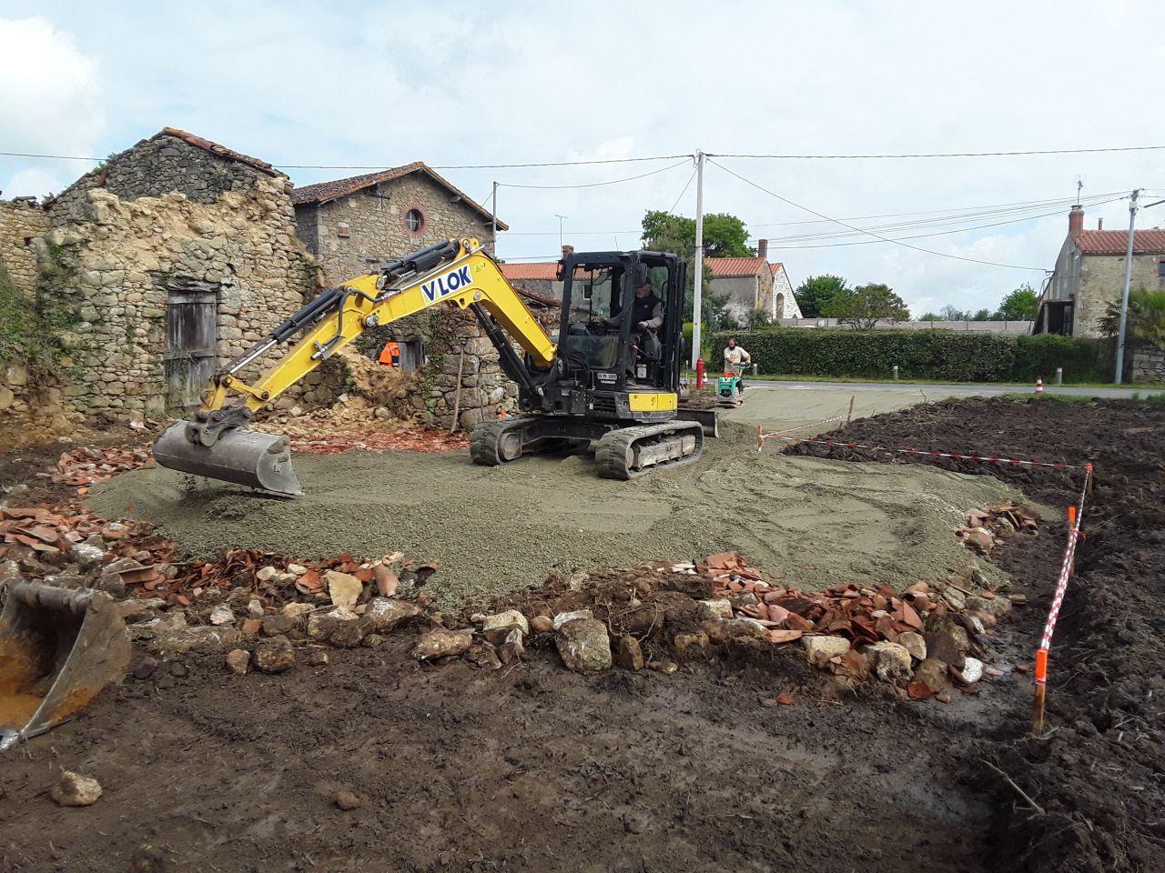 Création du chemin d'accès et de la zone parking - <br /> Mise en place du début de la zone parking le reste sera fini avec les gravas de démolition