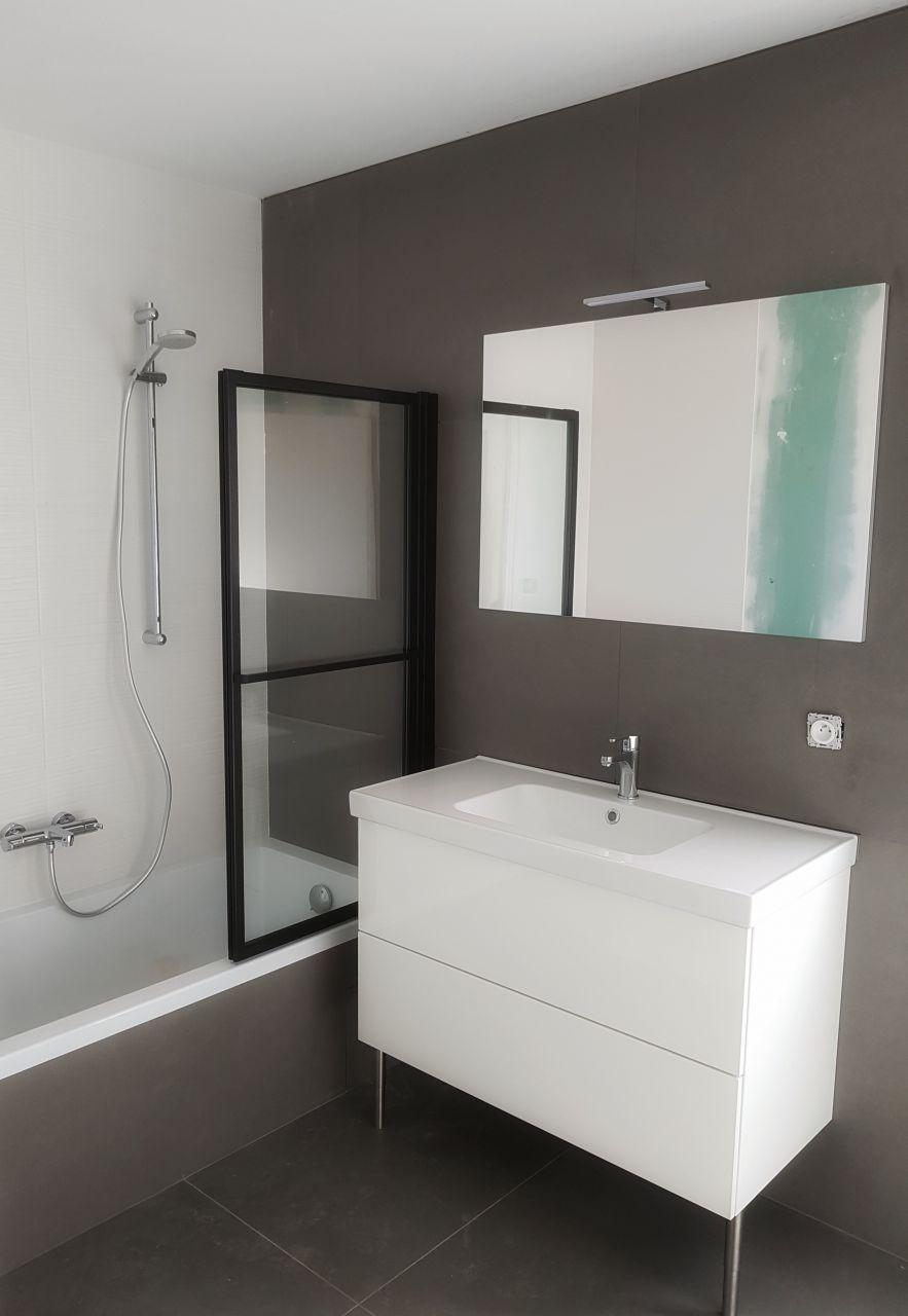 Meuble, support et pare baignoire dans l'autre salle de bain !!
