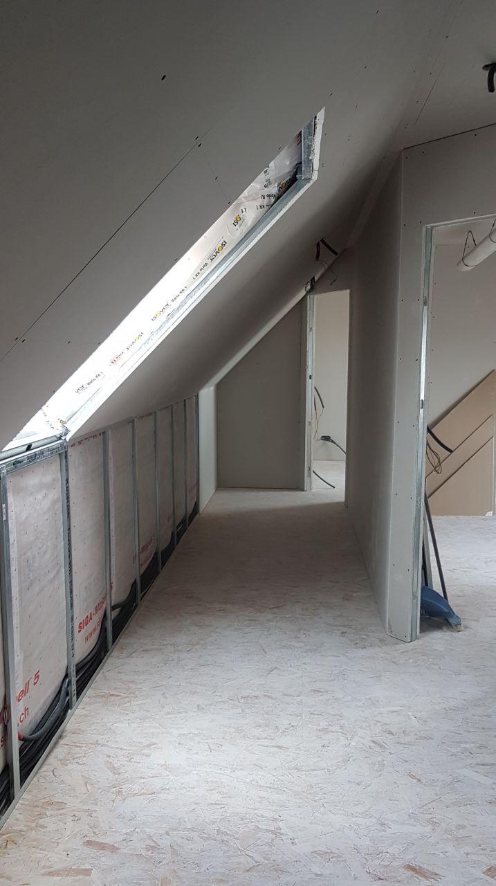 vue du couloir qui parait petit mais qui est vraiment large avec une très bonne hauteur