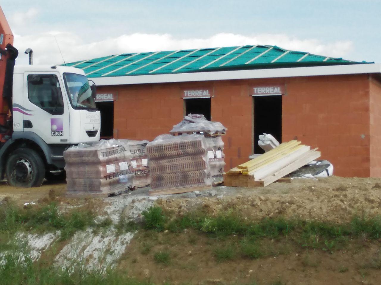 maison voisin d'en face avec écran sur toiture