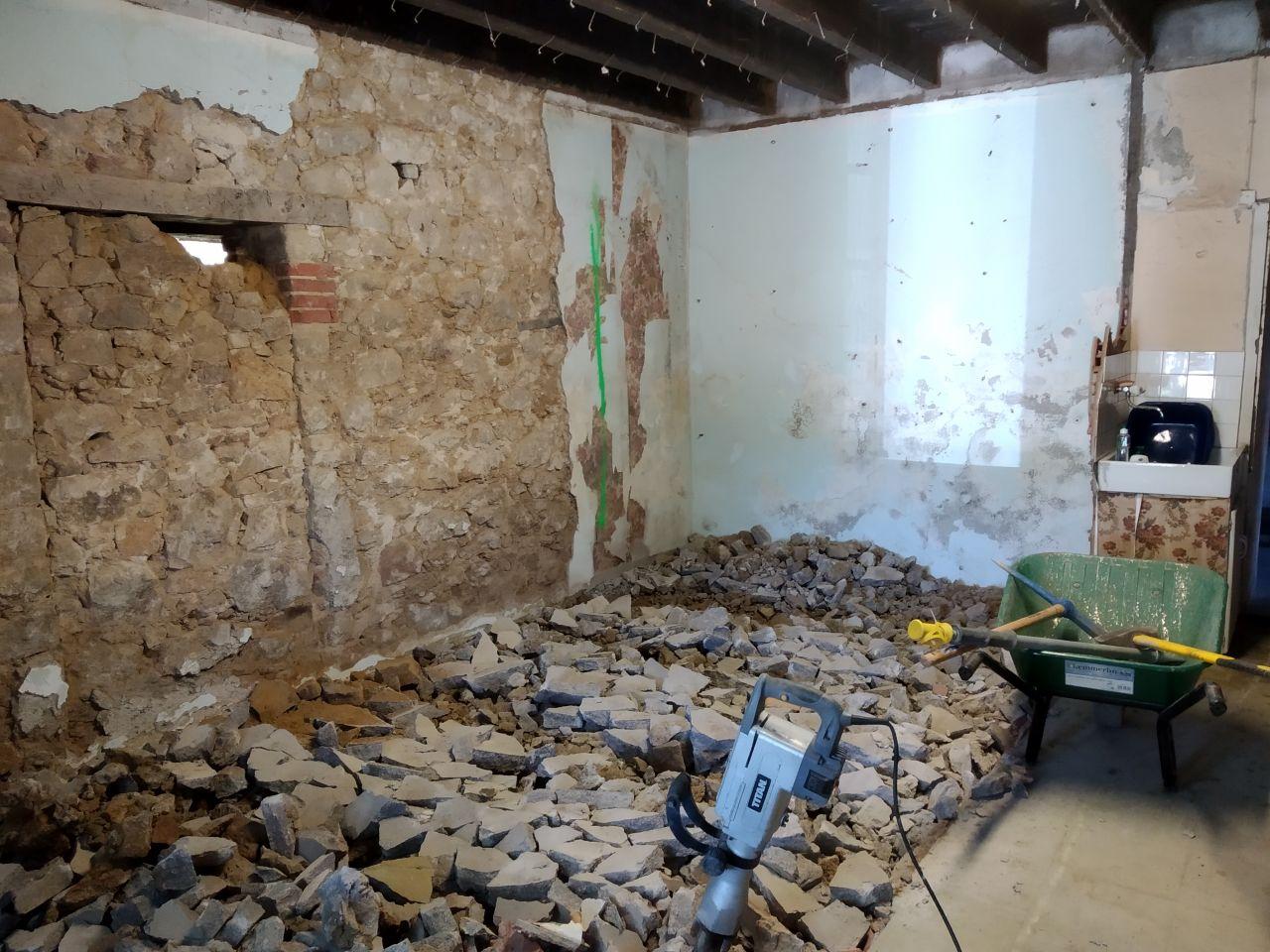 comme le perfo est en panne , le piquetage des mur attendra un peu. <br /> on prend plus gros et on casse la dalle sur la moitié de la maison pour commencer <br /> il reste a tout déblayer et mettre a niveau  après on pourra attaquer l'autre coté