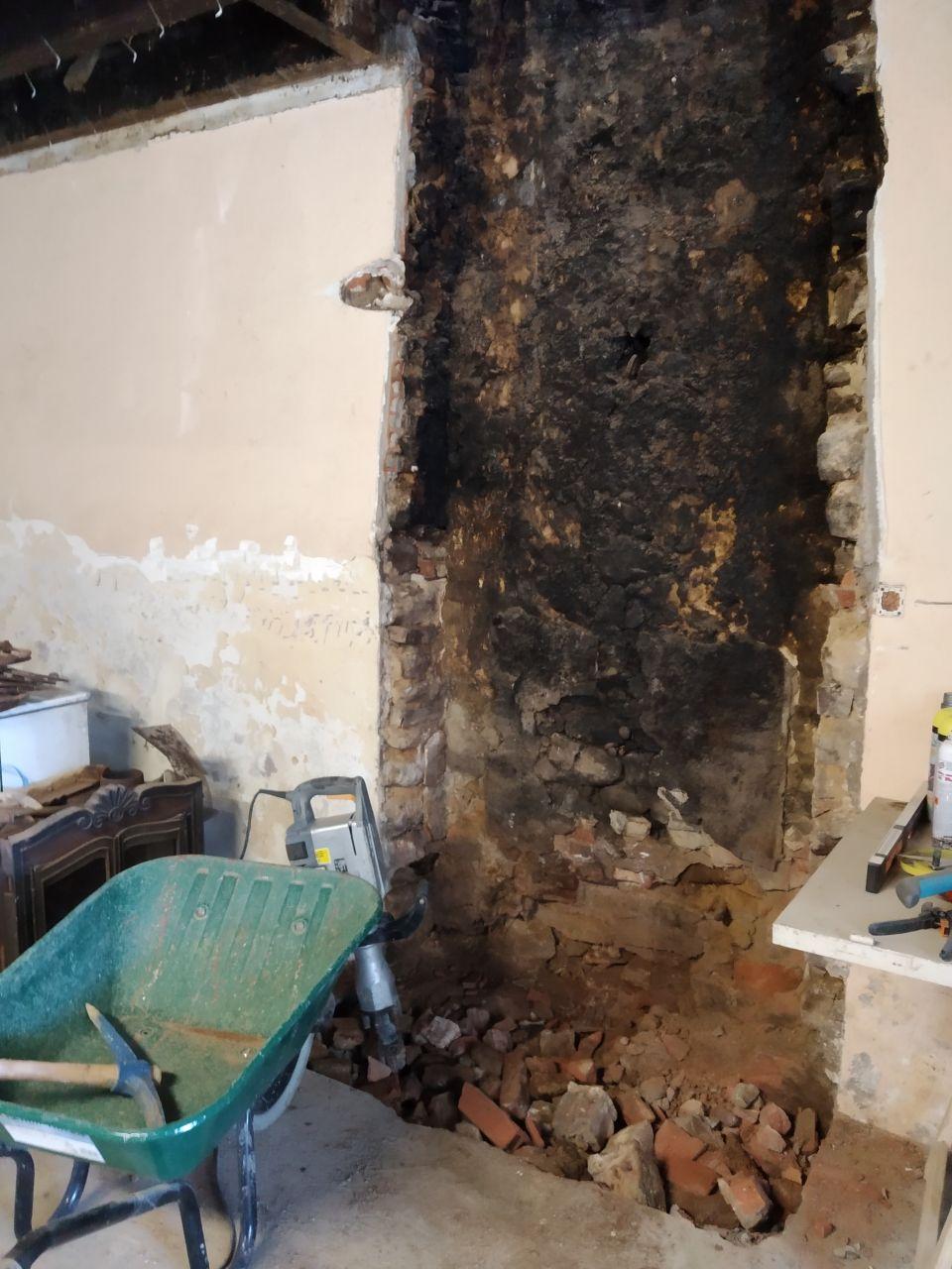 on attaque la base de l'ancienne cheminée pour refaire une fondation et remonter un mur