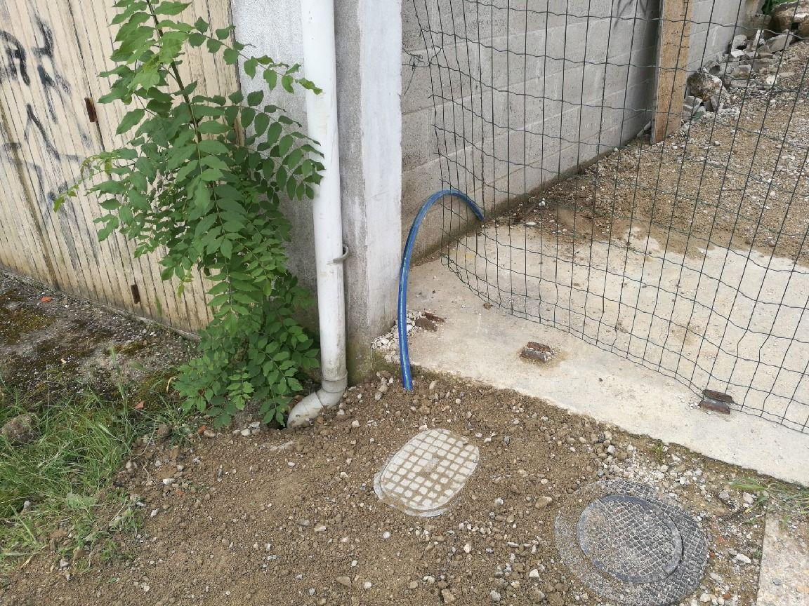 Extraction du flexible pour alimentation en eau du chantier