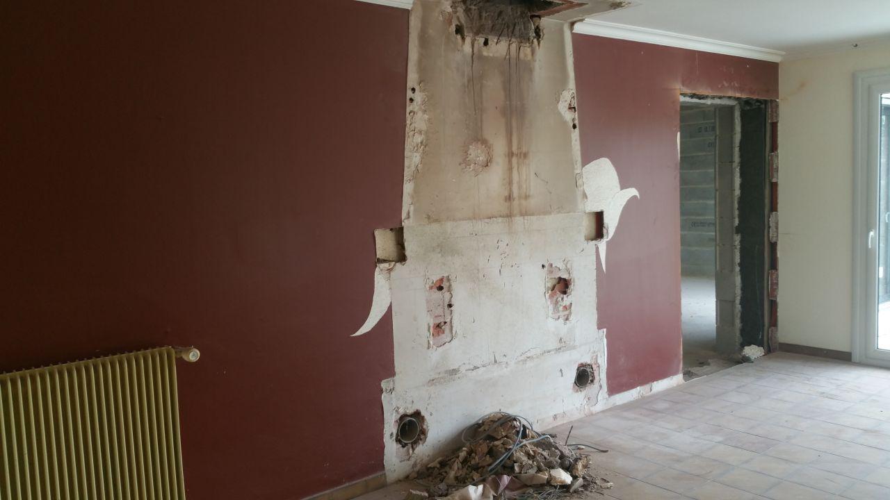 Démolition de la cheminée et du conduit (dans le salon, future cuisine)