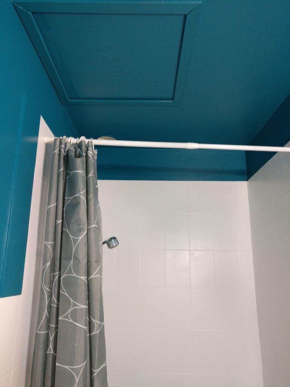 SDB de l'étage repeinte, reste sol a poser et vasque <br /> couleur bleu POP
