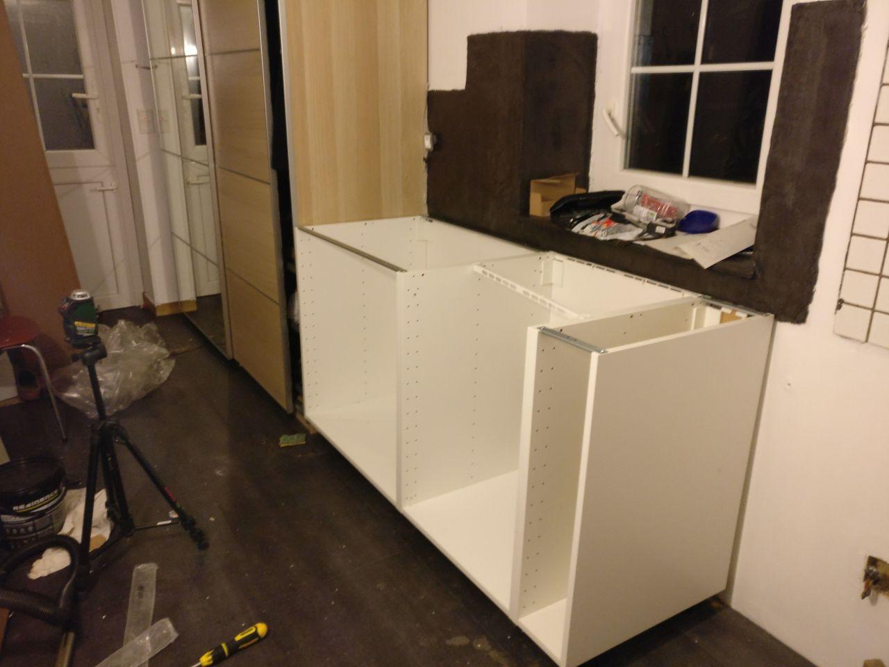 """dans l'entrée on commence la partie """"arrière cuisine"""" <br /> étape 2 : meuble cuisine"""
