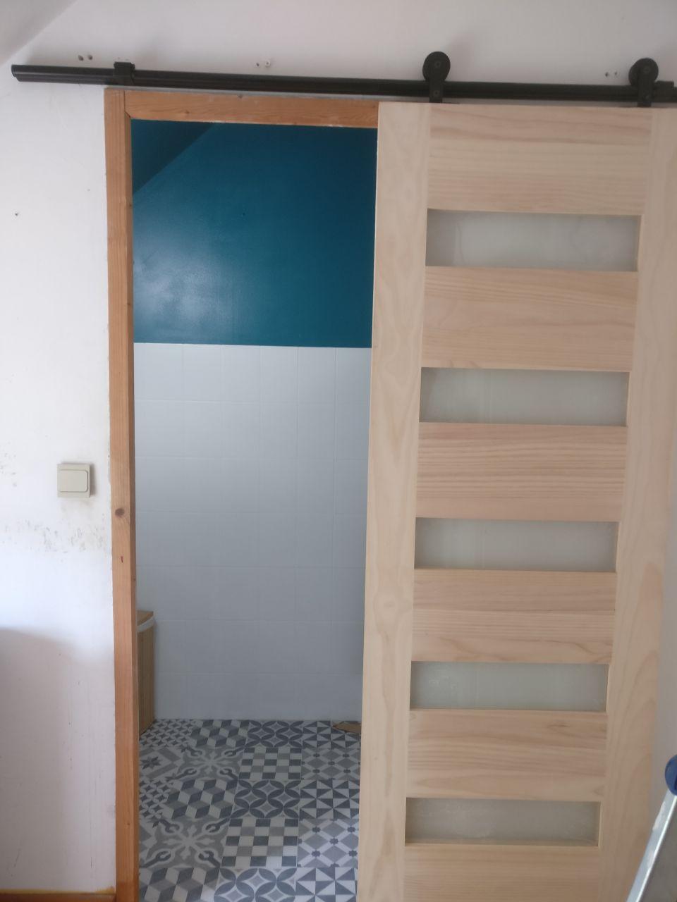 sdb de l'étage, avec porte coulissante