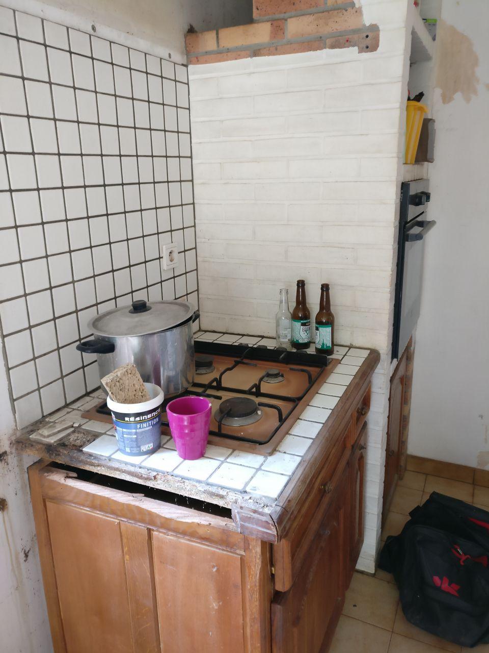 l'ancienne cuisine avec les meuble déposée, gros travail a faire sur les murs pour la transformer en véritable entrée