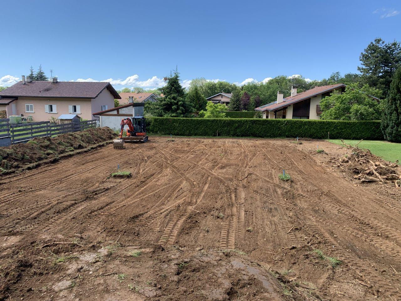 Début du terrassement. On sépare la terre végétale du reste et on dé-souche les gros arbres !