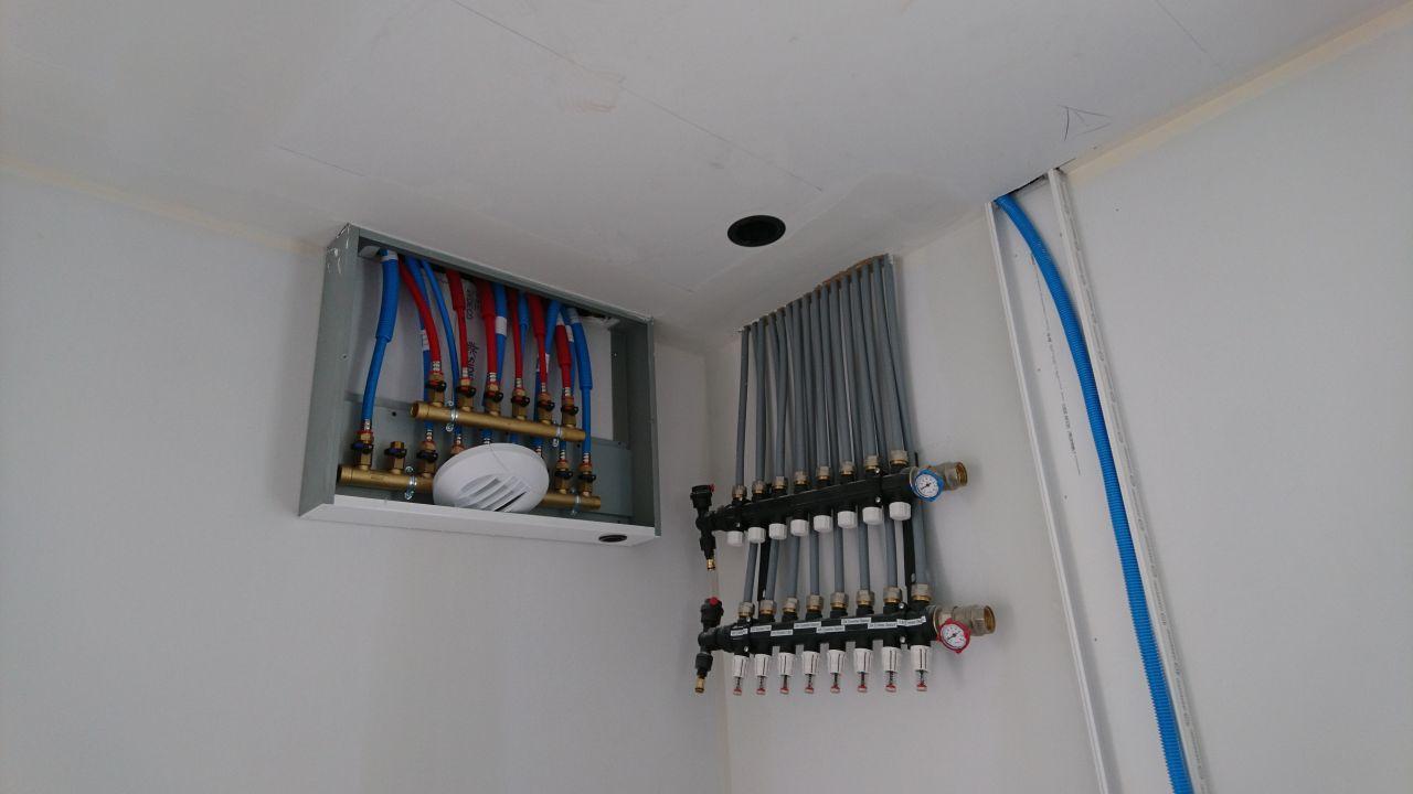Nourrices du chauffage au plafond ainsi que de la pieuvre hydraulique également passée au plafond