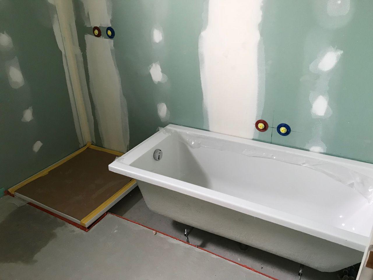 Receveur de douche et baignoire de la salle de bain de l'étage