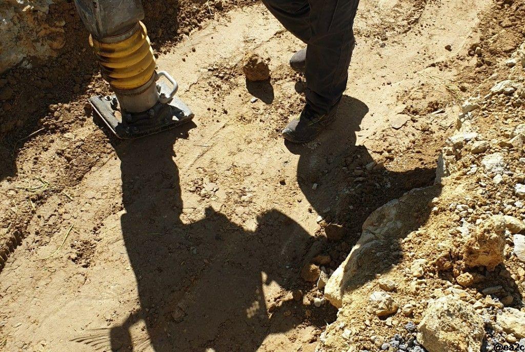 Tassement terre végétale autour du puits canadien pour un meilleur transfert thermique
