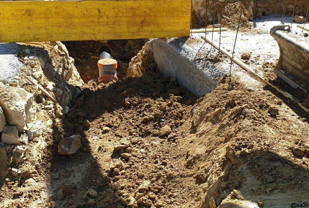 remblaiement tranchée avec de la terre végétale autour du puits canadien pour un meilleur transfert thermique