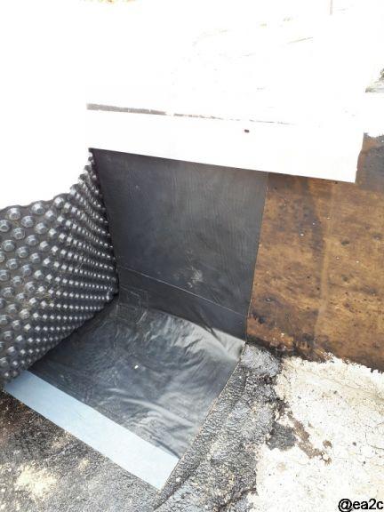 Drainage - Mise en place de l'étanchéité verticale et horizontale avec un feutre bitume à froid (fondaply 2). C'est l'étude de sol qui préconise cette étanchéité (argiles, retrait gonflement) et protection par un delta MS