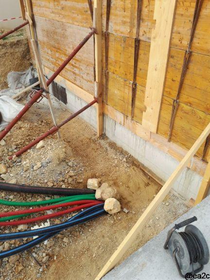 Nettoyage de la base des longrines sur 80 cm env en prévision de la cunette béton