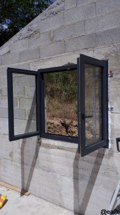 Pose d'une fenêtre en PVC dans le garage