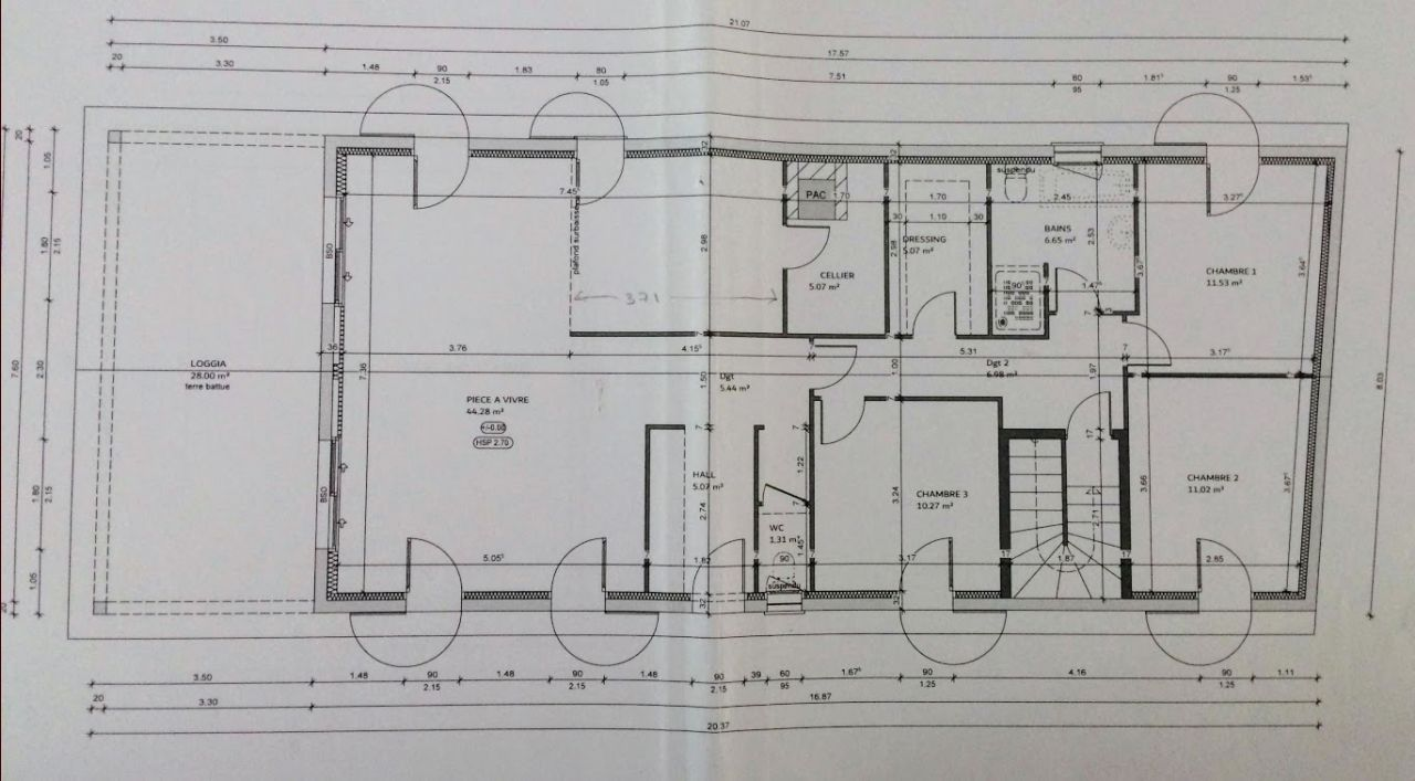 Un seul niveau d'habitation, terrasse couverte (par le prolongement du toit)