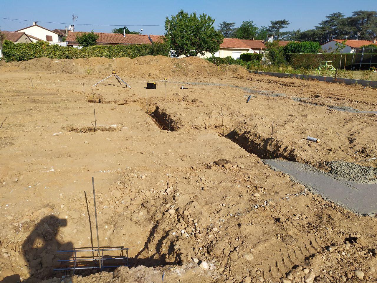 Début de la coulée de béton: chantier terminé à 12h. Demain pose des moellons.