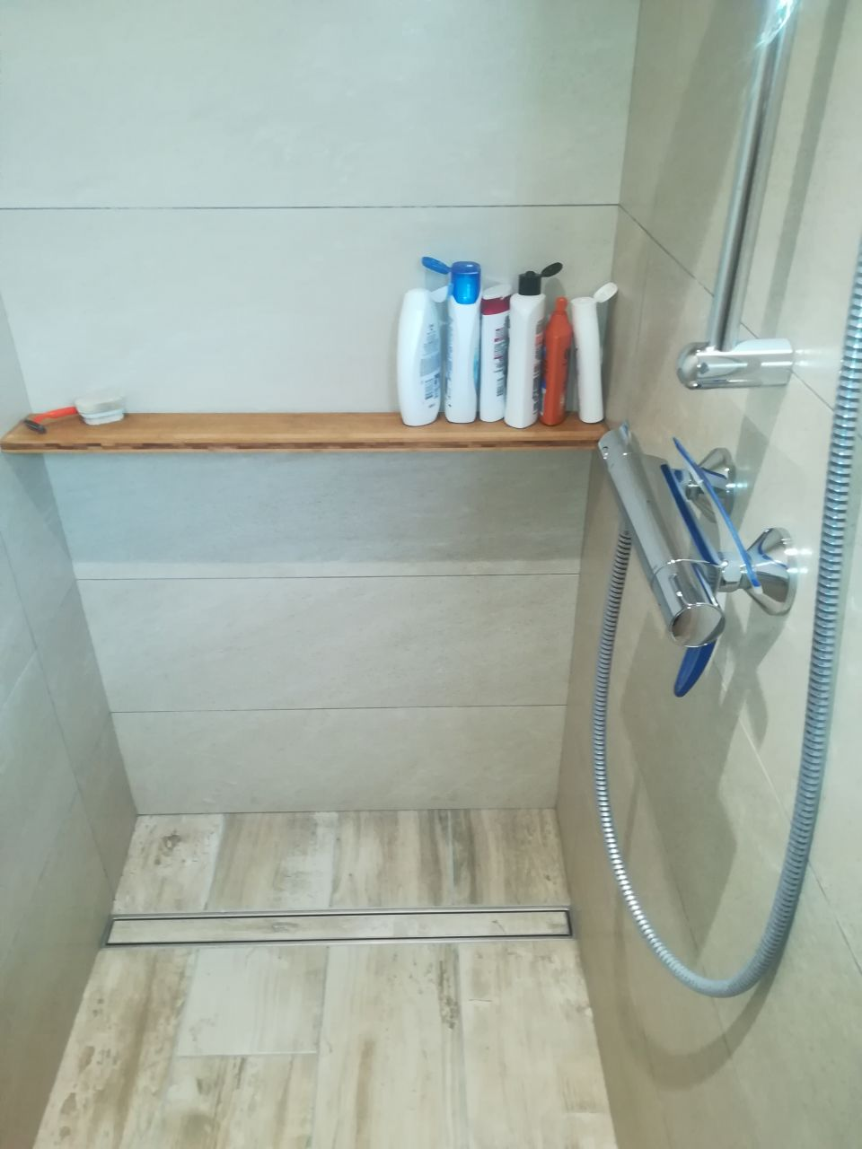 Simple planche bambou pratique pour les savons  <br /> (pente vers le mur, avec léger jour entre planche et mur pour l'écoulement)