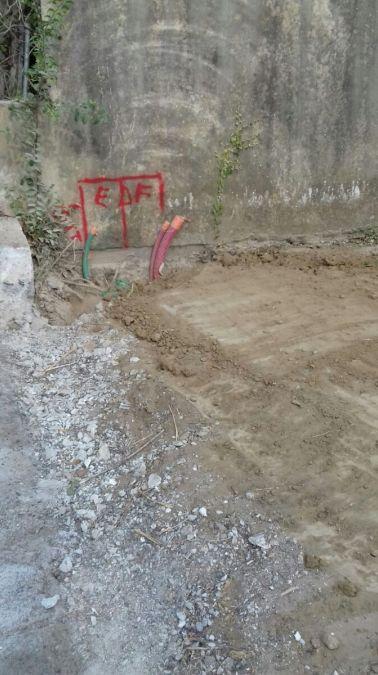 Bord du terrain avec emplacement coffret en attente