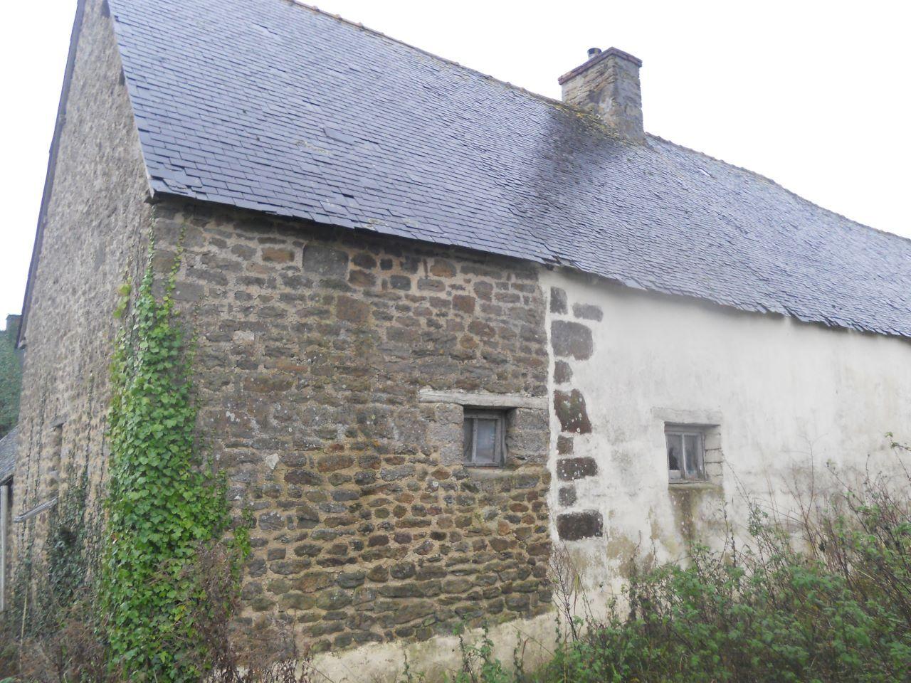 """Bureau : la façade nord avec les """"fenêtres"""" existantes. <br /> Depuis la toiture a été rénovée, et un débord de toit de 55 cm existe, permettant de réaliser une isolation par l'extérieur en ballots de paille avec <a href="""