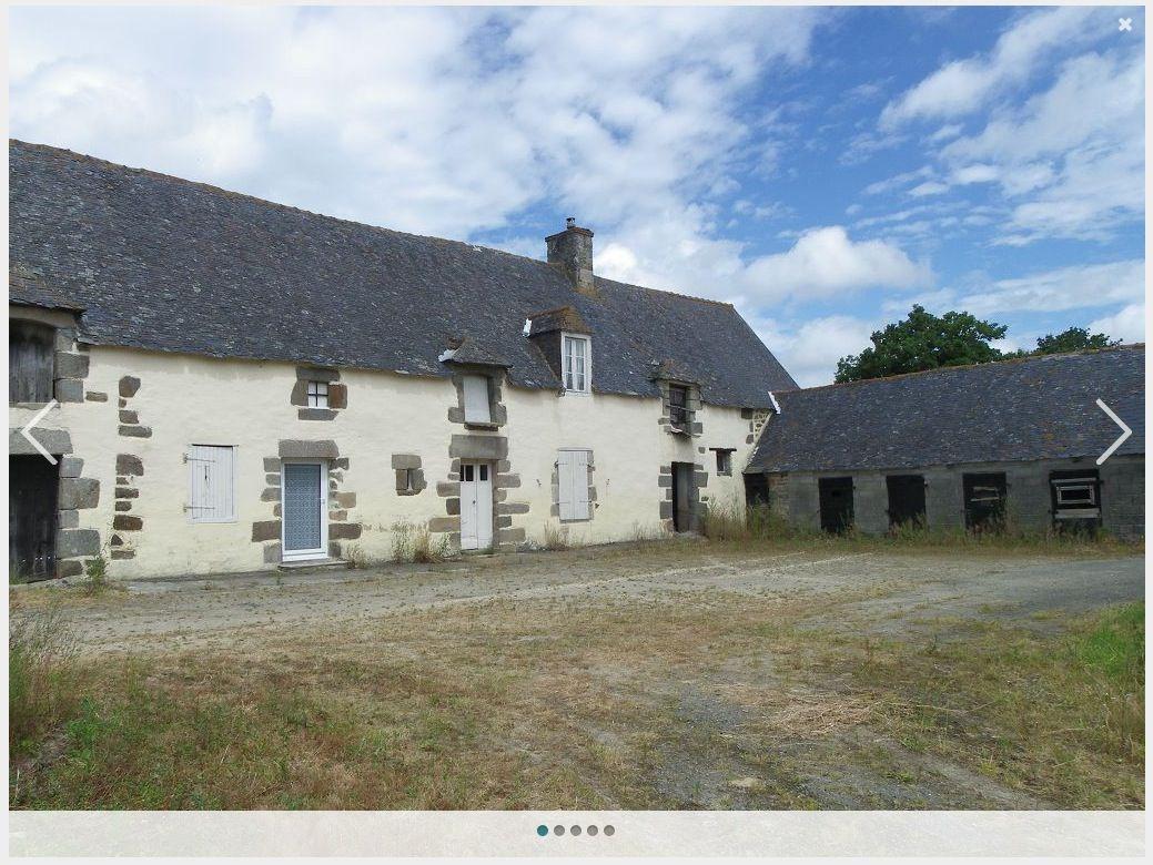 """La moitié de la façade, avec vue de la partie habitée, de """"l'annexe agricole"""" à coté des soues à cochons. <br /> Photos prises lors de l'achat."""