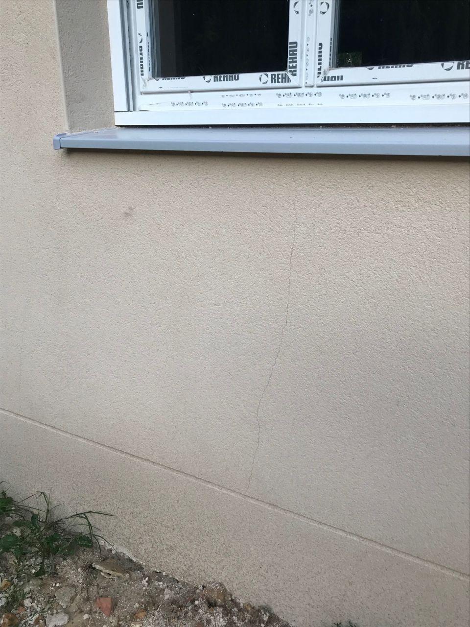 fissures sur le crépi réalisé par 40 degrés lors de la canicule en juillet.