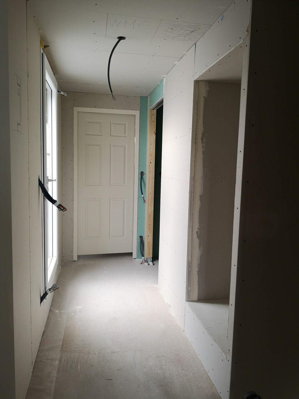 Pose du placo dans les pièces de l'étage et installation des portes 6 panneaux (nos portes au design américain )