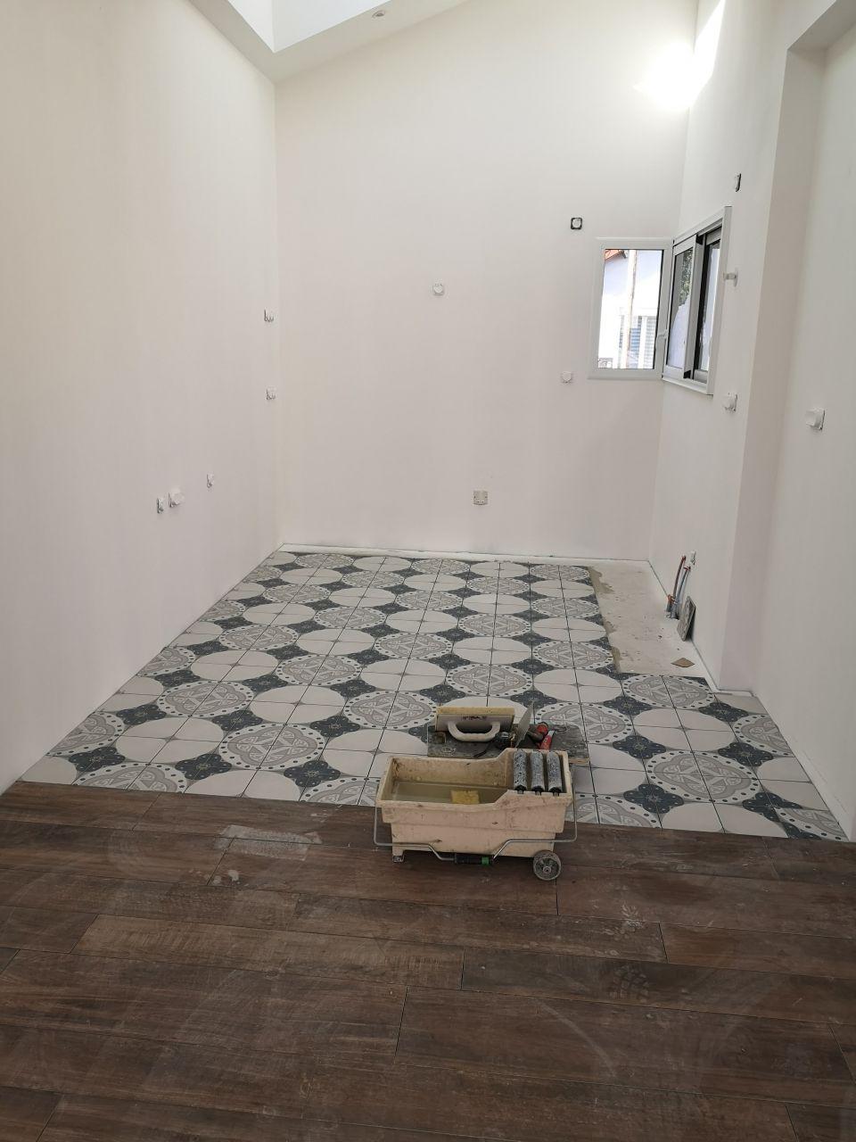 Pose du carrelage imitation carreaux de ciment dans la cuisine