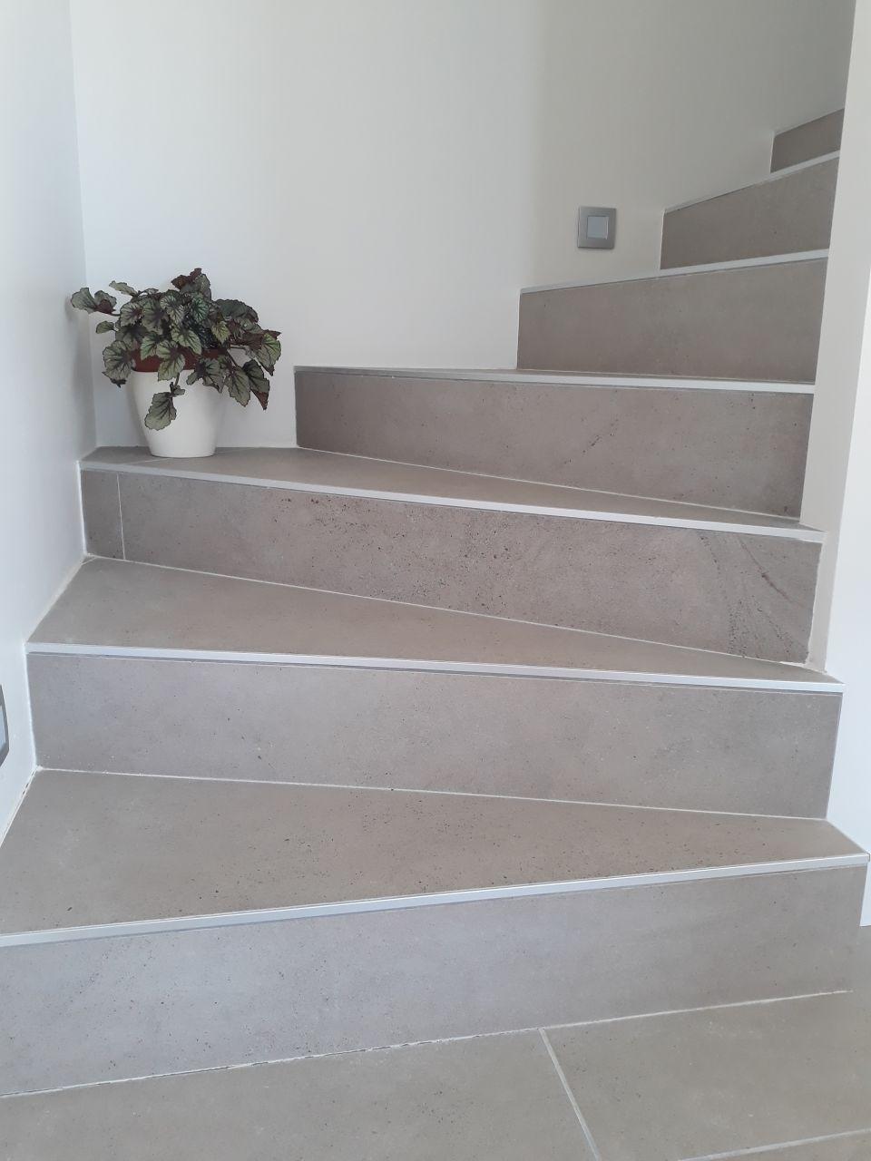 L'escalier avec le carrelage principal mais en 120cm... <br /> Le constructeur nous conseillait des plinthes bois en plus, choix décliné.