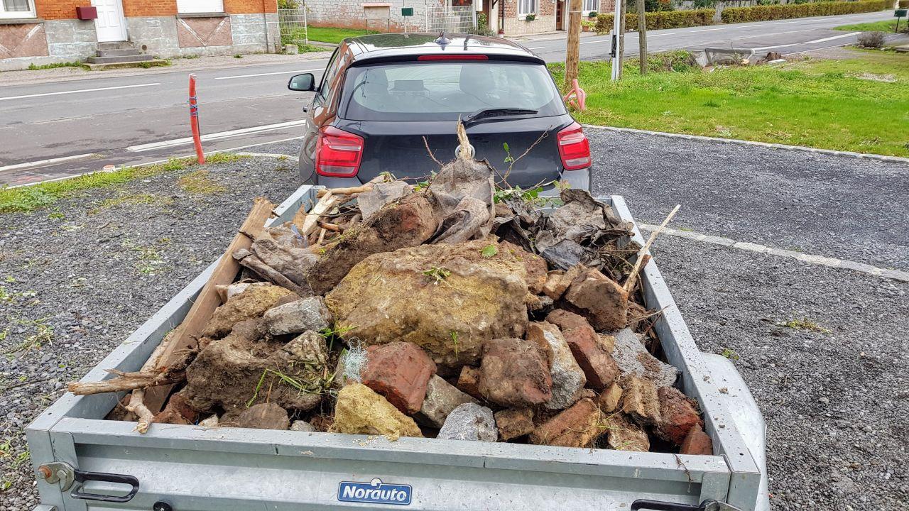 des restes de l'ancien bâtiment démoli sur notre terrain. On espère ne pas en avoir des tonnes enfouies !