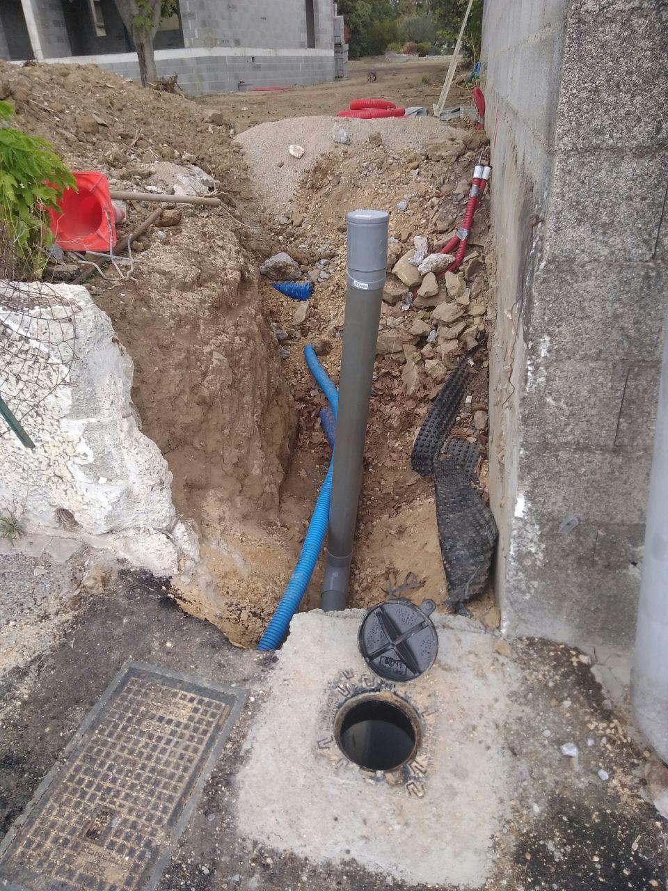 Connexion à la SAUR avec remontée pour connexion future de l'abri piscine vue de la route..