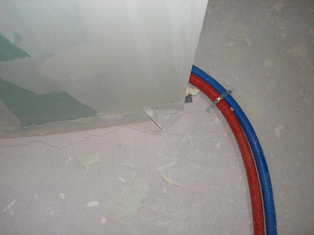 Fissure dans la dalle après passage plombier