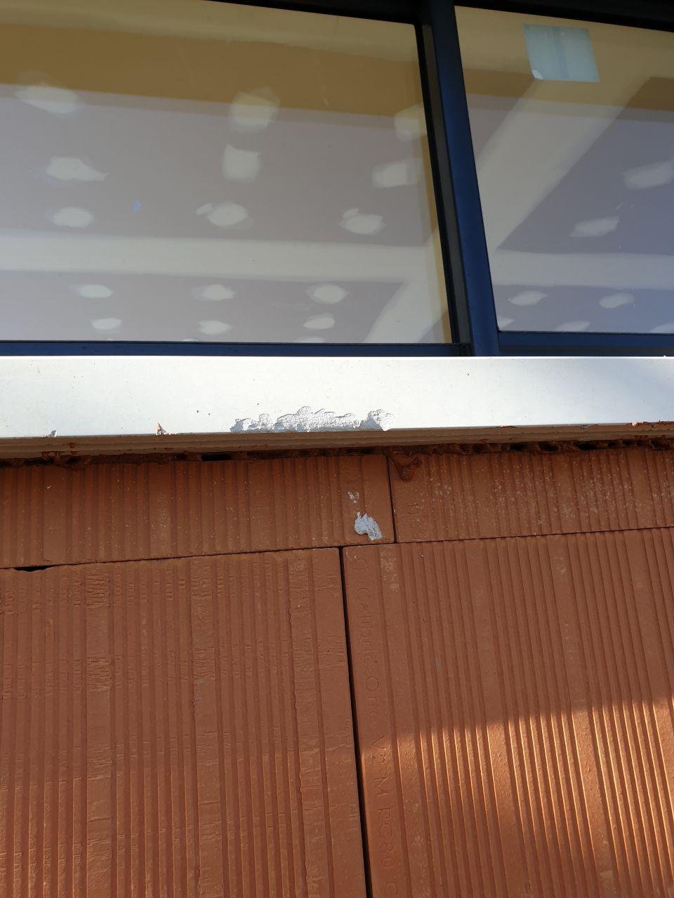 Appui fenêtre cassé par les enduiseurs