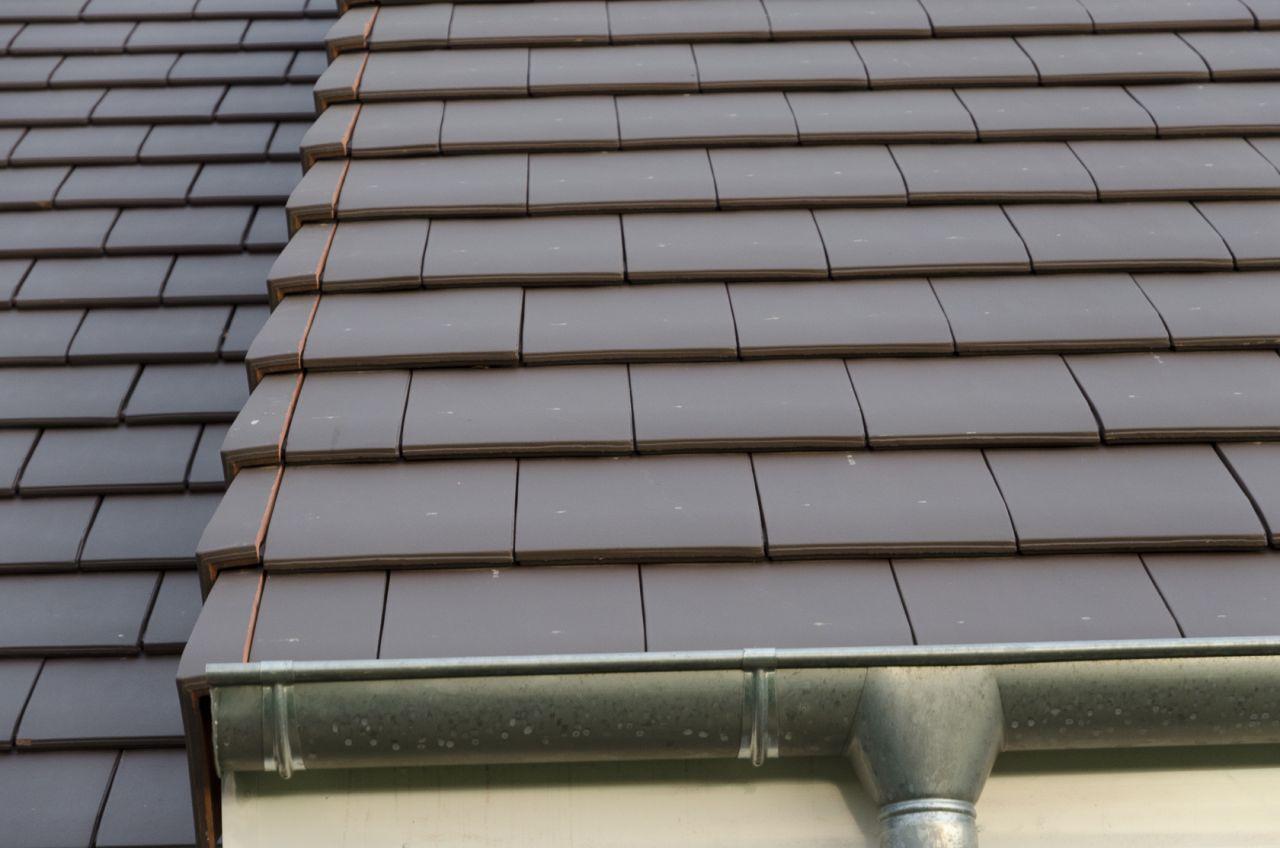 les tuiles de rive côté gauche du toit