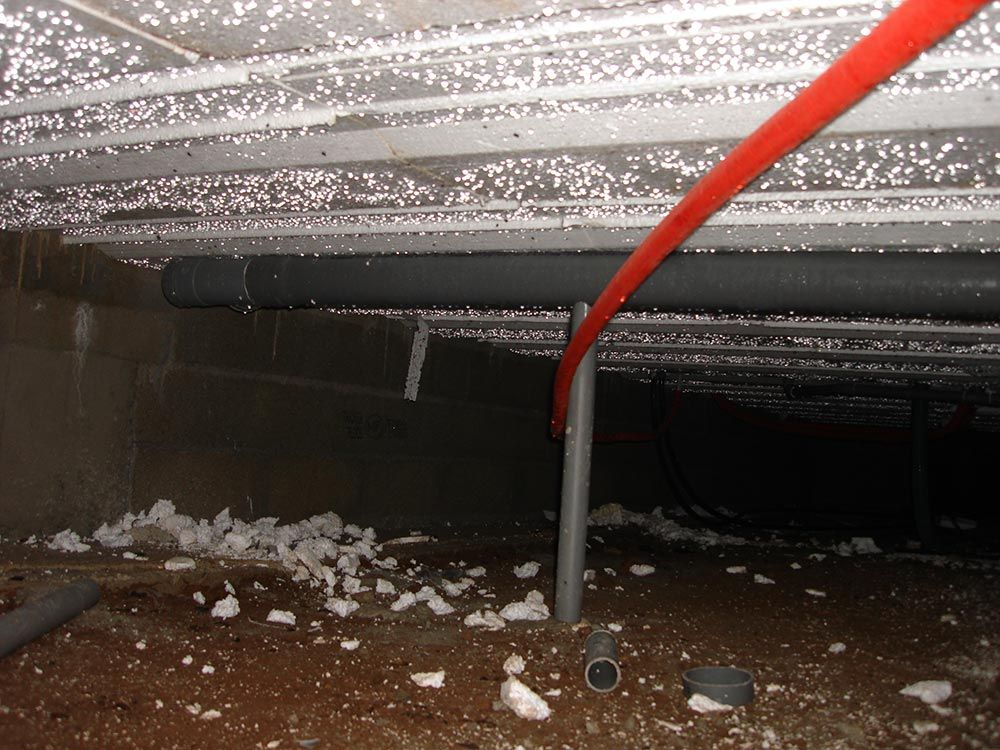 Vide sanitaire ruisselant et tuyau en suspension