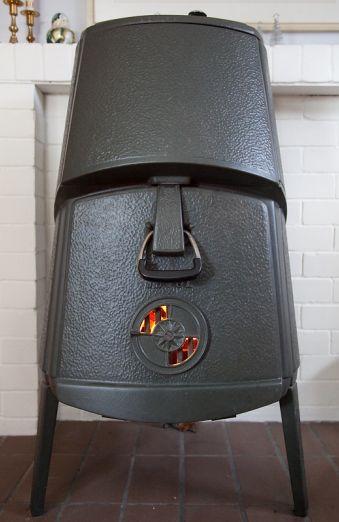 Une photo d'un Jotul Combifire 4B, poêle à bois conçu en 1964 ! <br /> et oui, il est inspiré des statues de l'Ile de Pâques <br /> Nous en avons un, acheté à un couple d'anglais installés en Bretagne qui repartaient en UK pour cause de Brexit. <br />  <br /> Problème rencontré : sortie de fumée extérieure en 8' ... soit un peu plus de 20 cm.