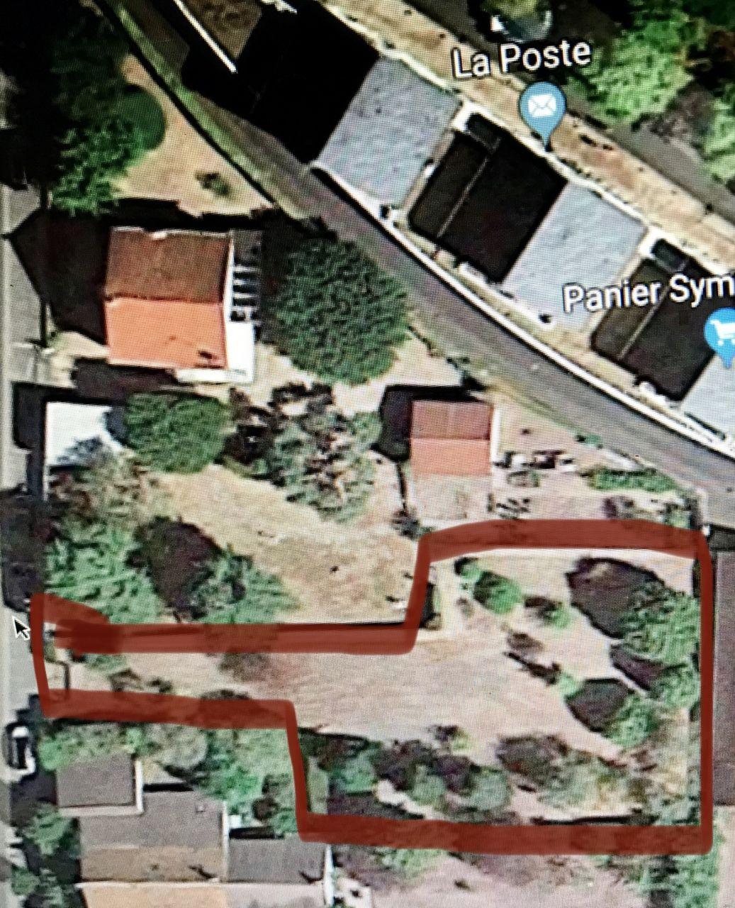 Le terrain est celui entouré en rouge.