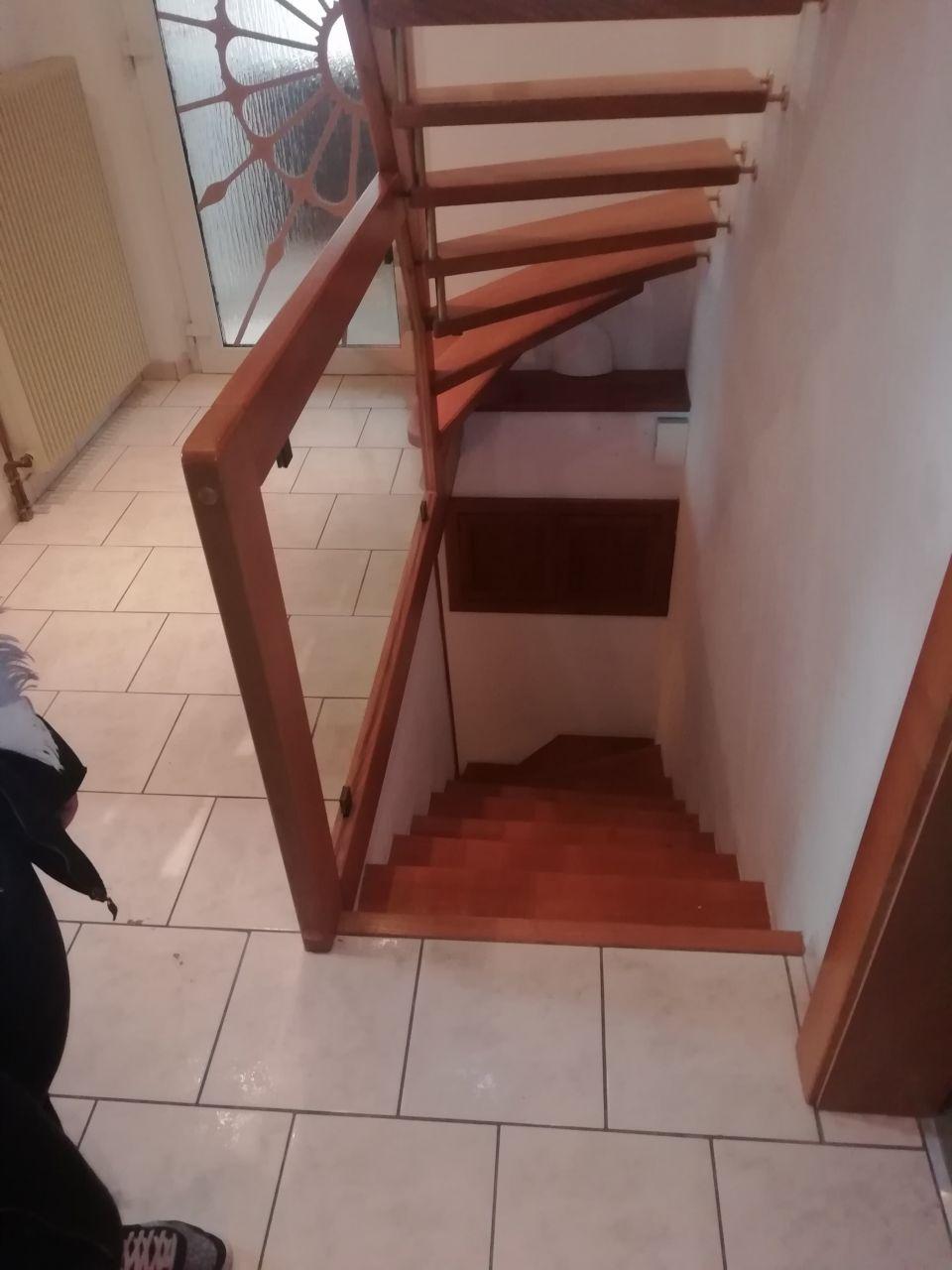 entree et escalier vers sous-sol