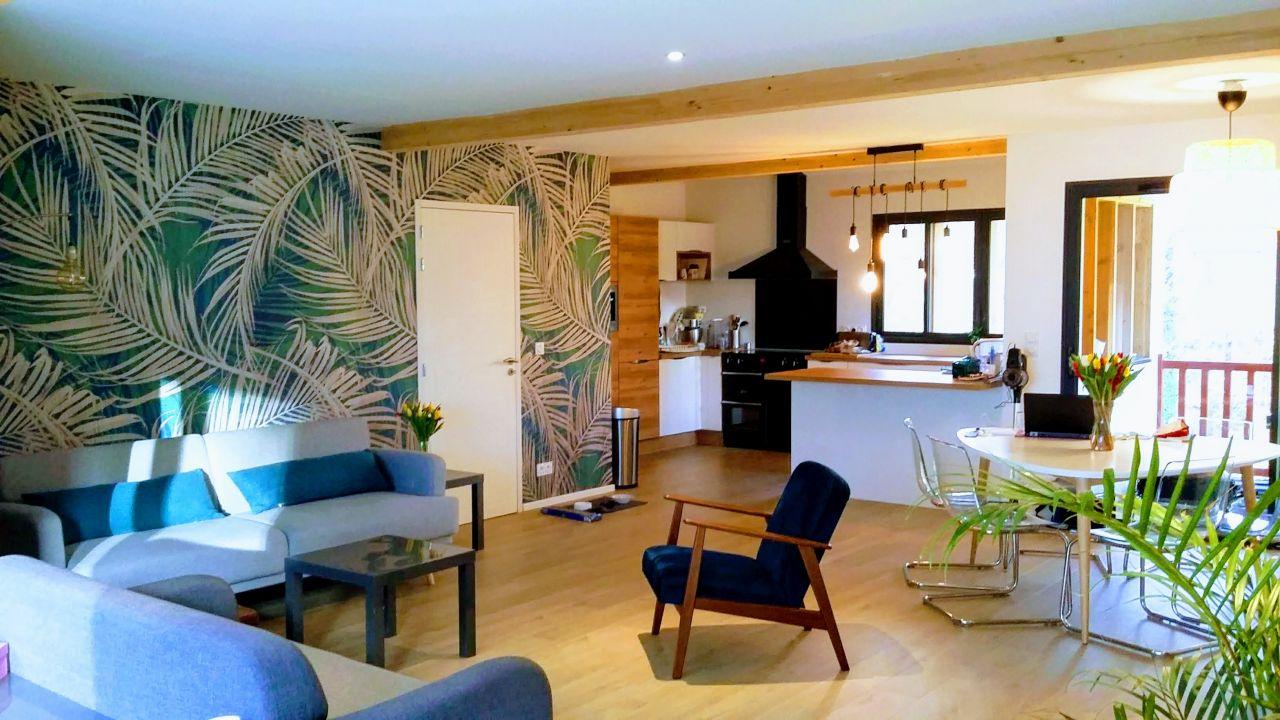 Déco, meubles, papier peint... la pièce de vie prend forme. Une chose est sûre : on est bien ici !