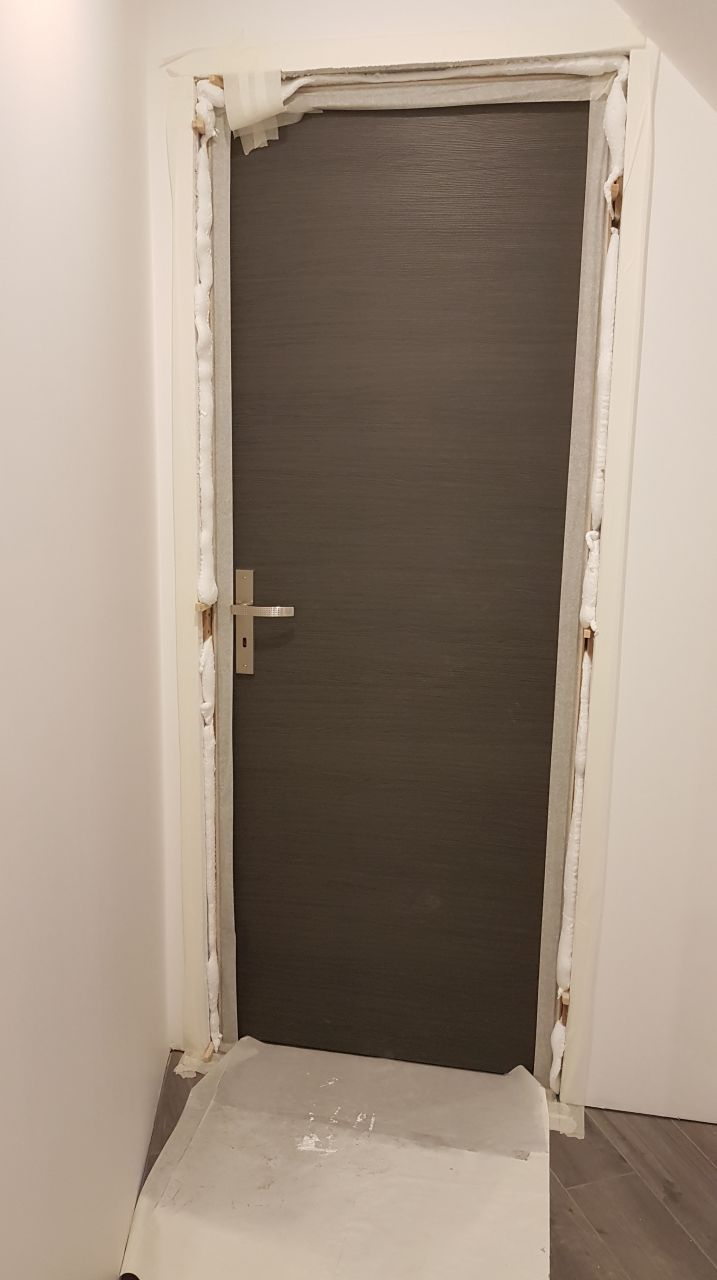 Mise en place de la mousse polyuréthane autour du bloc porte chambre 5